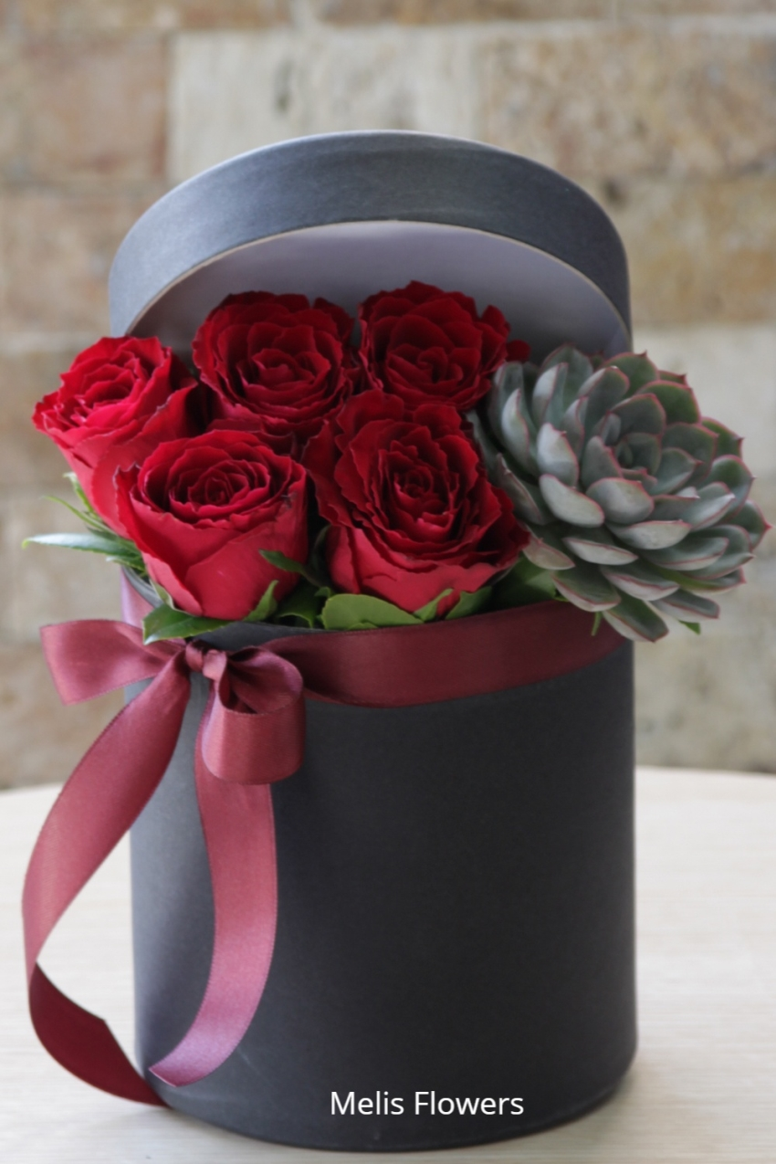 10 kinds of chocolate in a private box, jelly, and you can enjoy a pleasant and meaningful surprise you in love with a single red rose cones.