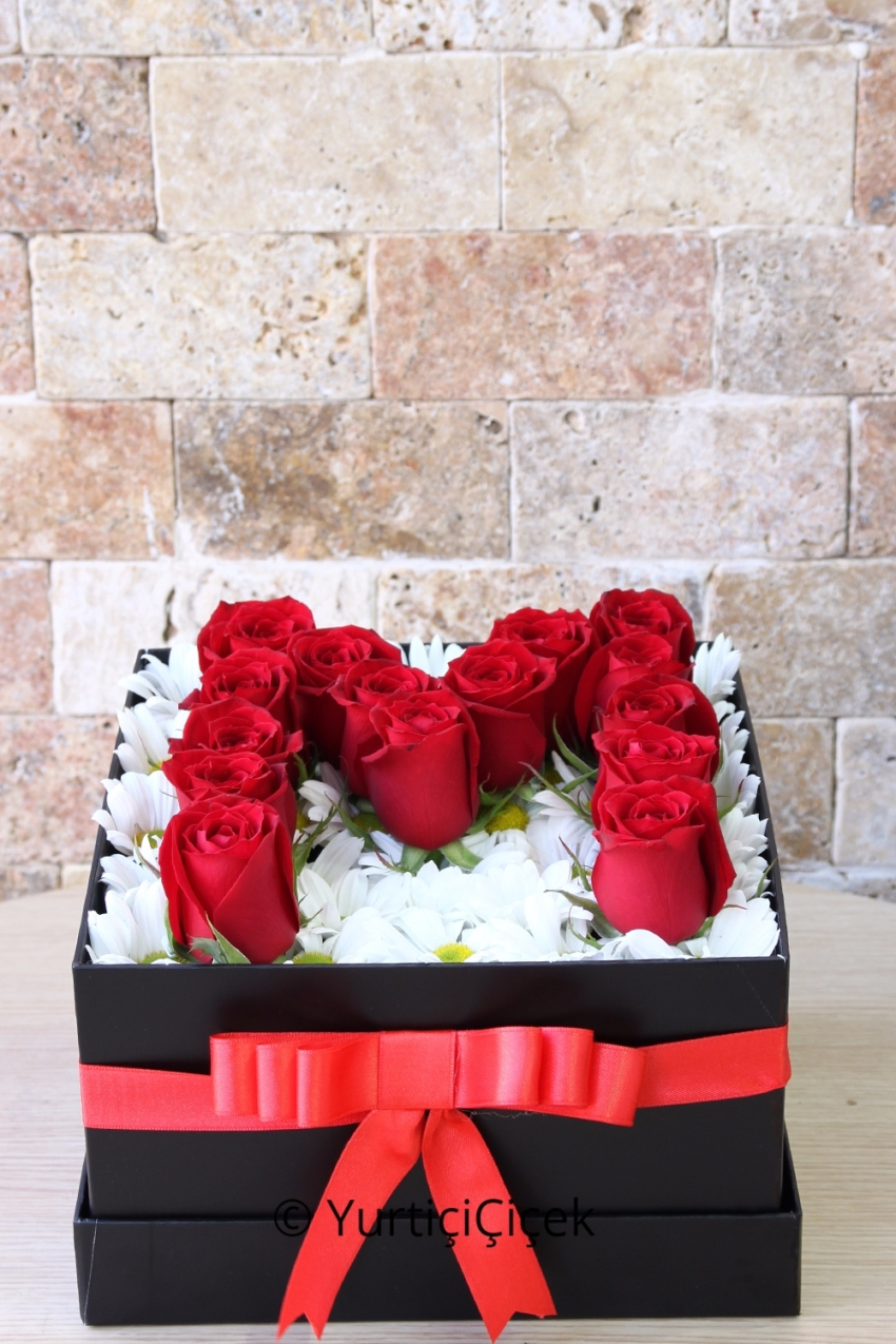 You can send the initials of your favorite with the daisies and red roses in the box in the most beautiful way.